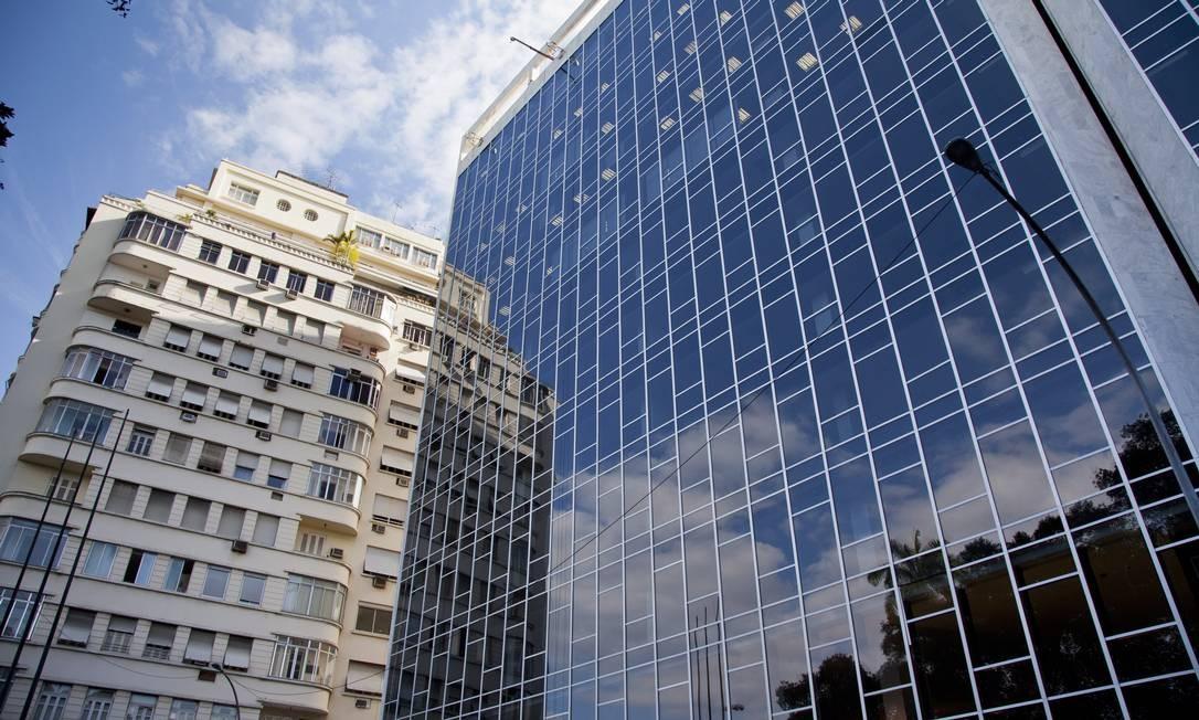 O bairro passa por obras e mais obras, que prometem modernizar e criar uma nova Glória Foto: Mônica Imbuzeiro / O Globo