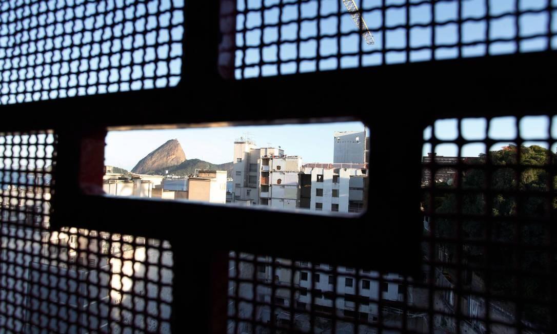 Pão de Açúcar visto de grade usada na obra do Hotel Glória, um dos expoentes da revitalização do bairro da Glória, na Zona Sul Foto: Ana Branco / O Globo