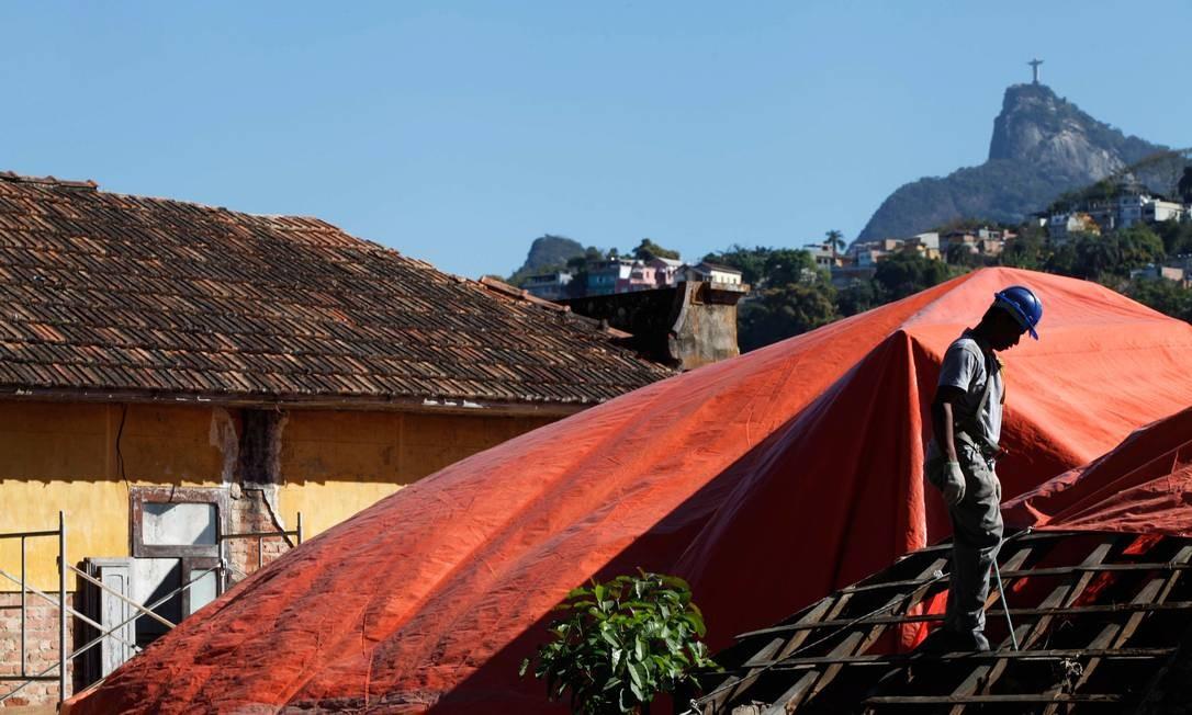 Obras nas casas tombadas na Villa Aymoré. Ao fundo, o Cristo Redentor Foto: Ana Branco / O Globo