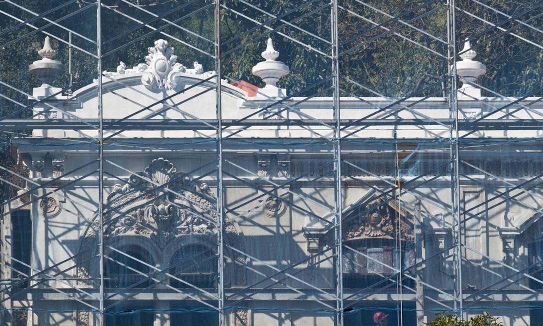 Obra na fachada de casa da Villa Aymoré Foto: Mônica Imbuzeiro / O Globo