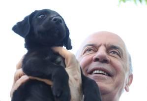 José Serra segura filhote na União Internacional Protetora de Animais, em São Paulo Foto: Agência O Globo / Marcos Alves