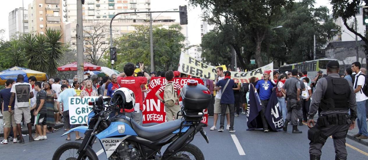 Manifestação de estudantes da Uerj complica o trânsito na Zona Norte do Rio Foto: Marcelo Piu / O Globo