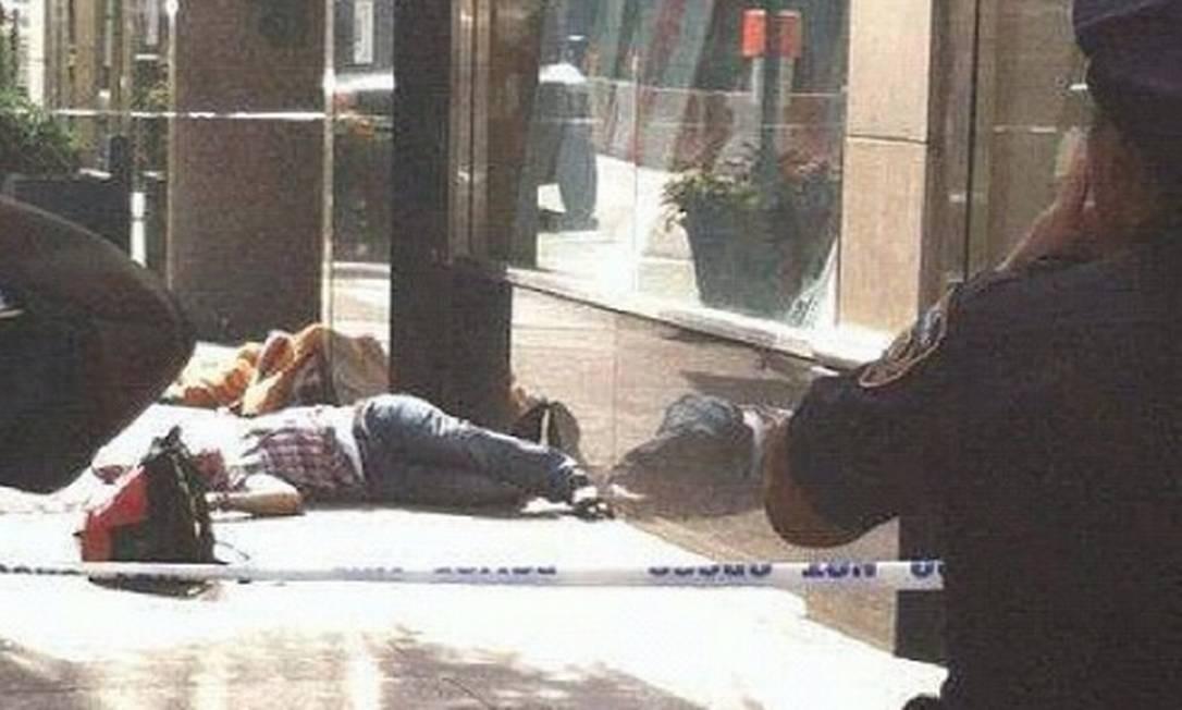 Internautas registraram nas redes sociais o caos depois que um homem abriu fogo na frente do Empire State, em Nova York. Na foto, divulgada por @michaelc317 no Twitter, policiais isolaram o que seria o corpo do atirador Foto: Internet / Divulgação