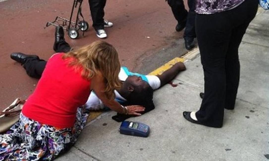 O perfil @mr_mookie divulgou a foto de um homem ferido no incidente Foto: Internet / Divulgação