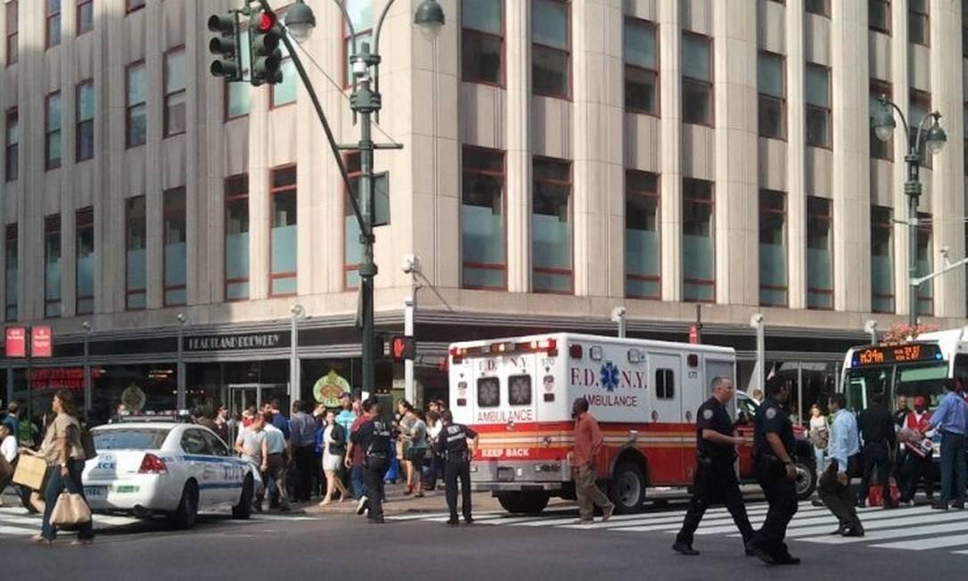 A polícia isolou o local, incluindo a movimentada 5th Avenue, de acordo com o internauta @NYCphotos Foto: Internet / Divulgação
