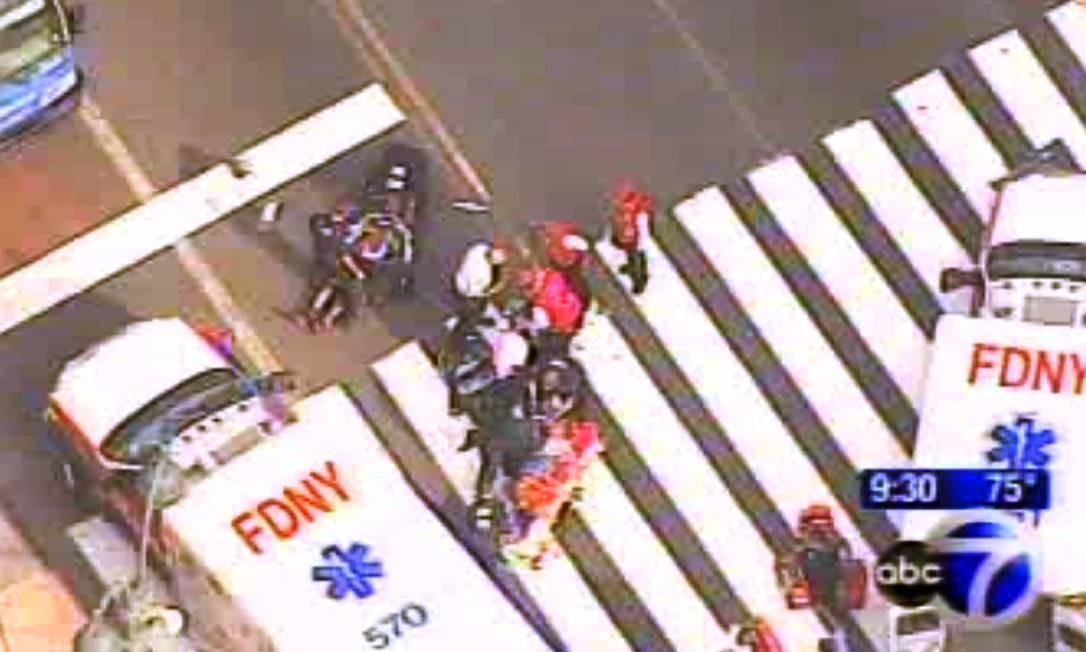 Imagens aéreas da WABC-TV mostram ferido sendo atendido por médicos em frente ao Empire State Foto: WABC-TV / AP