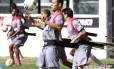 Nilton domina a bola no treino de quinta-feira, em São Januário