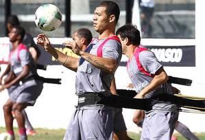 Nilton domina a bola no treino de quinta-feira, em São Januário Foto: Divulgação / Site do Vasco
