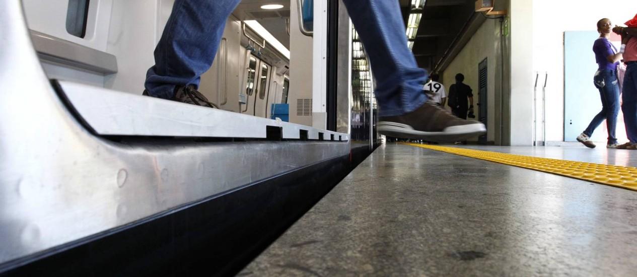 Na estação Maracanã, o desnível entre o piso trem e a plataforma chega a um palmo Foto: Pablo Jacob / Agência O Globo