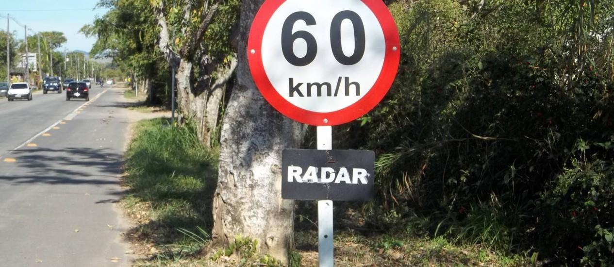 Placa improvisada alerta sobre presença de radar na RJ-163, entre a Via Dutra e Penedo Foto: Foto do leitor Nelson Corrêa / Eu-Repórter