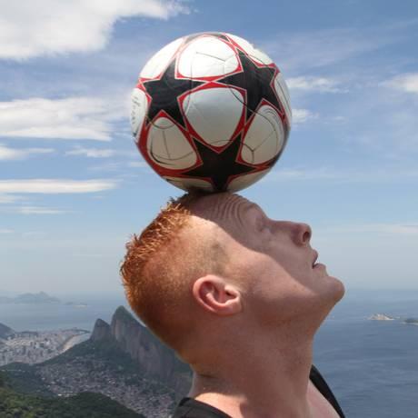 Dan Magness equilibra a bola de futebol do alto da Pedra da Gávea, em São Conrado Foto: Divulgação