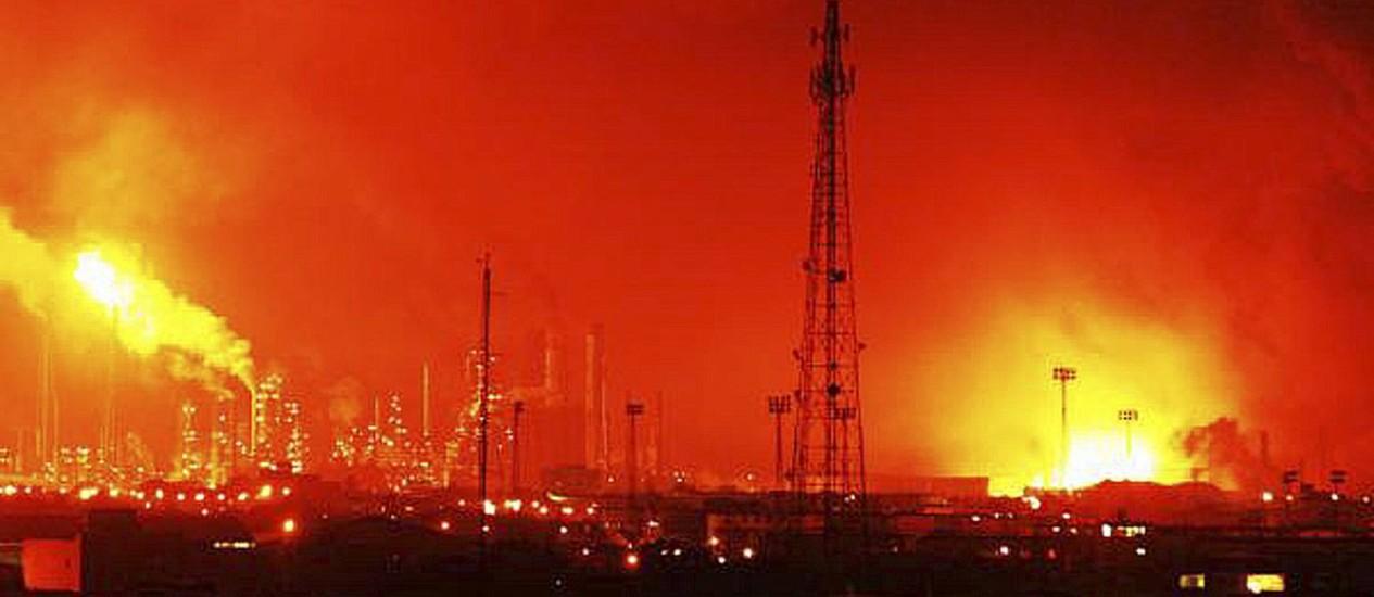 Chamas tomam a refinaria de Amuay, na Venezuela Foto: AP / Daniela Primera