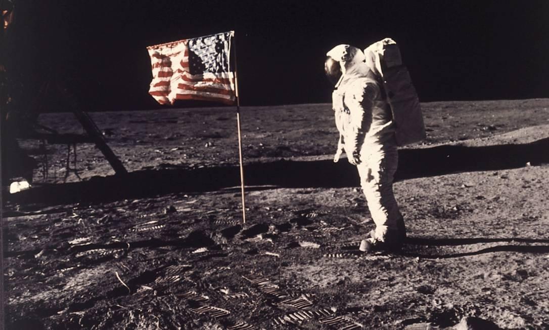 Em solo lunar, os astronautas hastearam uma bandeira dos EUA Foto: AP