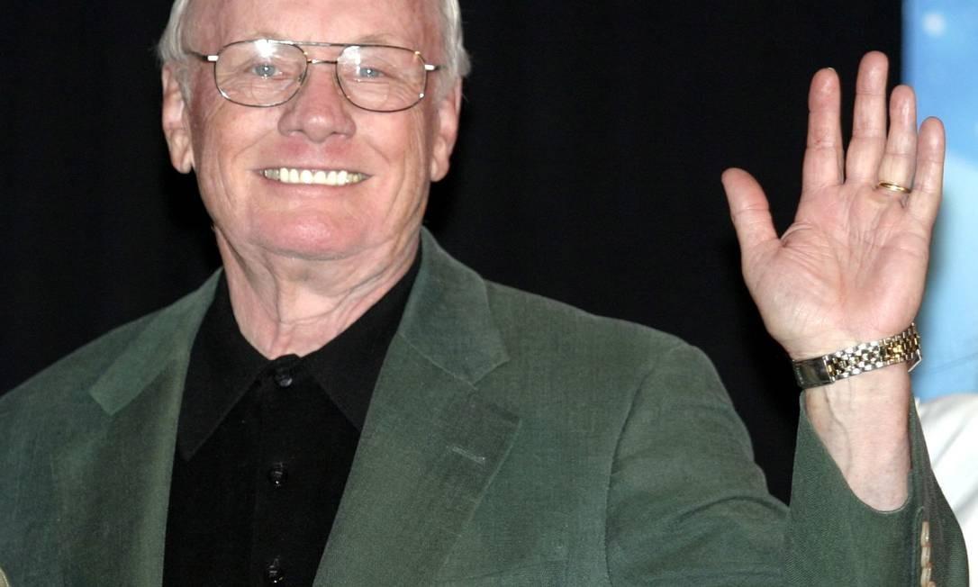 Armstrong acena sorridente em uma convenção em Holywood em 2004 Foto: GENE BLEVINS / REUTERS