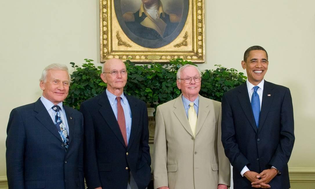 """Edwin """"Buzz"""" Aldrin (esquerda), Michael Collins (centro-esquerda), Neil Armstrong (centro-direita) e o presidente americano Barack Obama (direita) em foto pelo aniversário de 40 anos do primeiro passo do homem na Lua Foto: SAUL LOEB / AFP"""