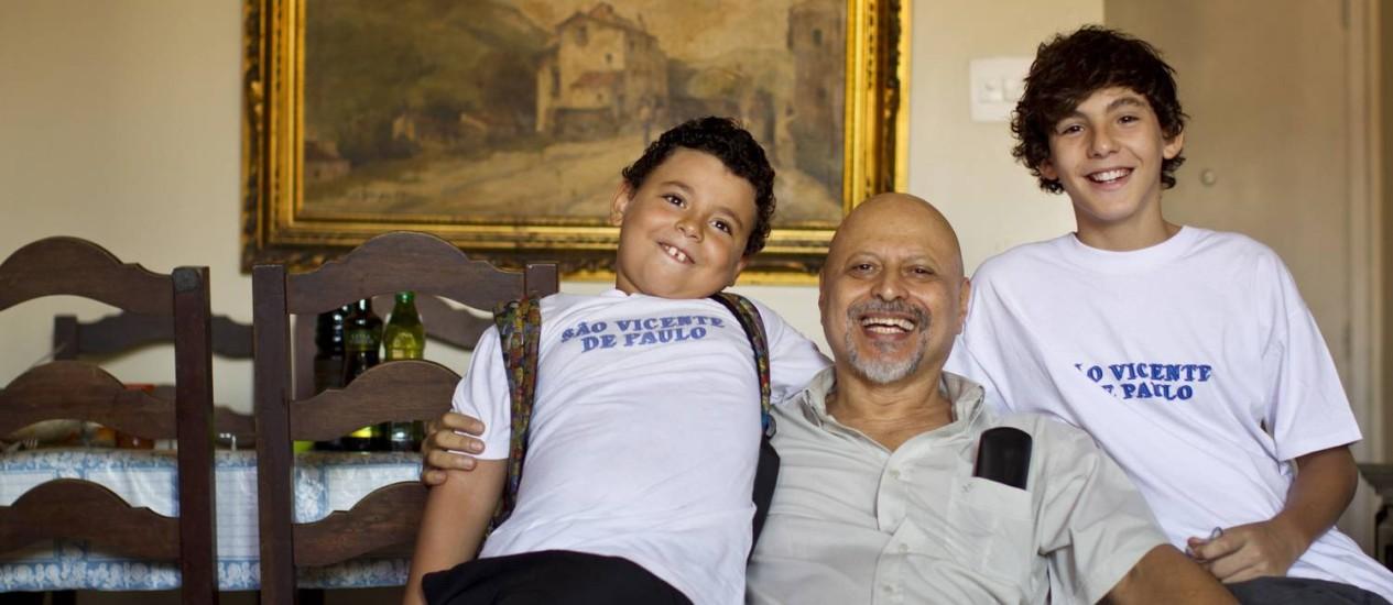 Jorge Ricardo cria os dois filhos, Breno (à esquerda) e Pedro, sozinho. A mãe vive em outra cidade Foto: Agência O Globo / Márcia Foletto