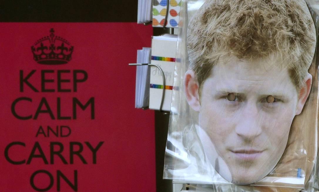 """Loja de lembranças em Londres exibe uma máscara do príncipe Harry e, ao fundo, um cartaz com a inscrição: """"Matenha a calma e siga em frente"""" Foto: Reuters / Toby Melville"""