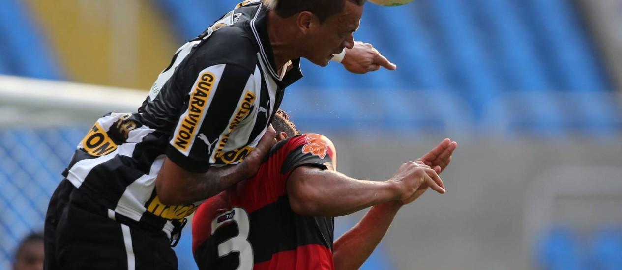 Duelo de zagueiros: Fábio Ferreira ganha no alto de Welinton Foto: Jorge William / O Globo