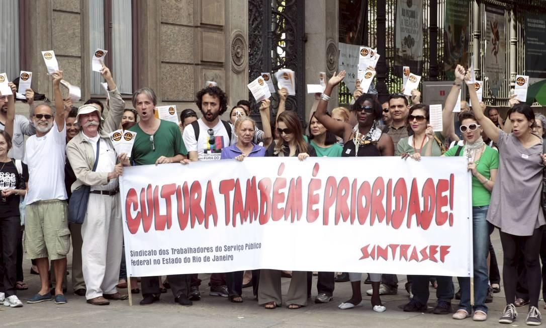 Servidores protestam em frente do Museu da República por plano de carreira e melhores salários Foto: O Globo / Gustavo Stephan