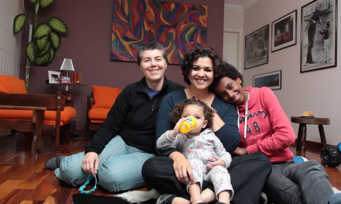 Marcela Matos, Daya Lima e as filhas Lisa Matos Lima e Nina. Mães decidiram mudar Nina de escola Foto: Eliaria Andrade / Eliária Andrade
