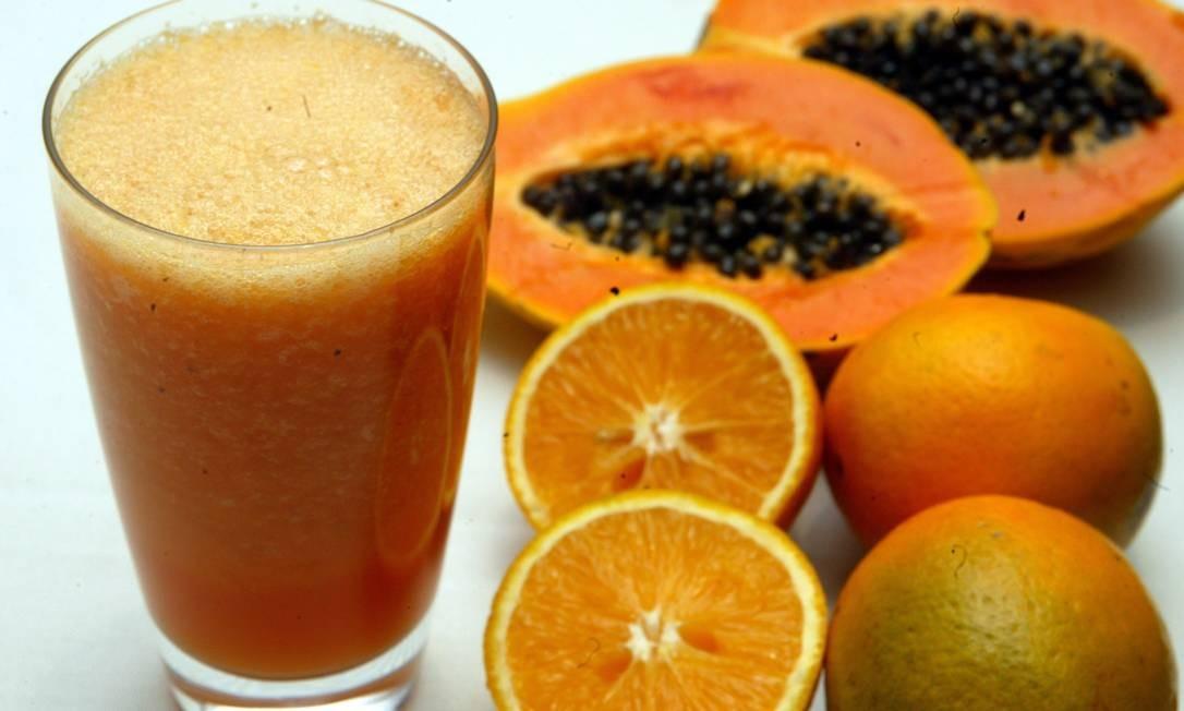 SUCO DE laranja com mamão. Dieta rica em vitamina C Foto: Luciana Paschoal