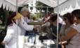 Muitos pediram o arroz de carreteiro, que representava o Sul, para o almoço de domingo no quiosque instalado na Praça Afonso Pena, na Tijuca Foto: Guillermo Giansanti / O Globo