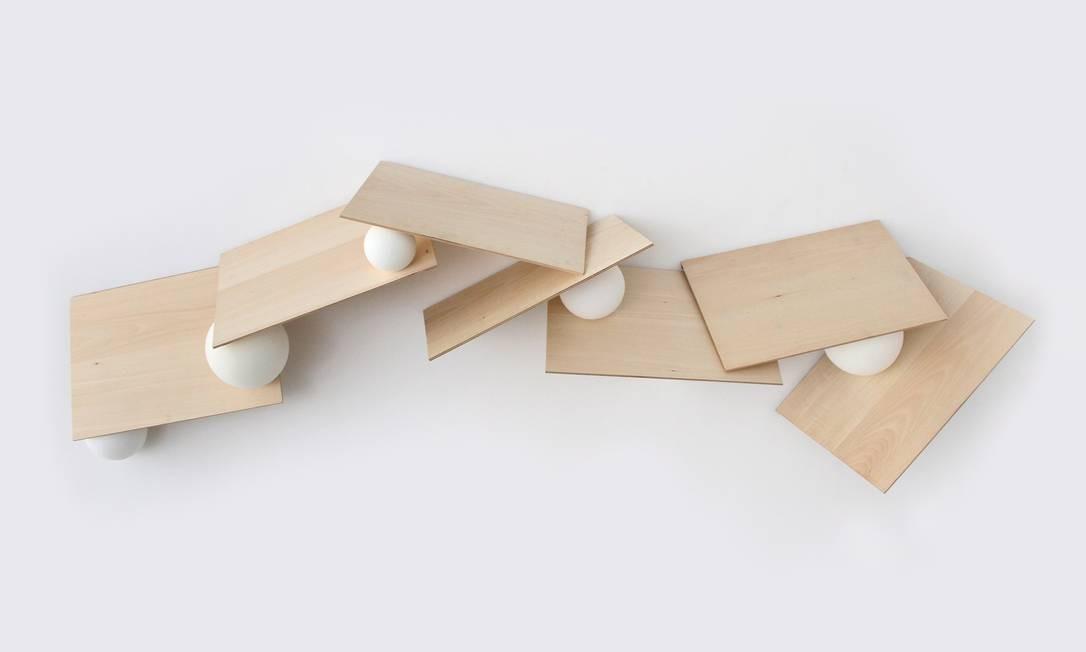 """""""Partitura"""", de 2012, obra em que bolas de espuma seguram tábuas e vice-versa Foto: Divulgação"""