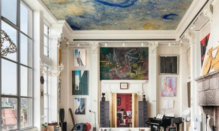 A sala de estar, que originalmente funcionava como estúdio de esculturas de um artista plástico, tem pé-direito de sete metros de altura Reprodução internet