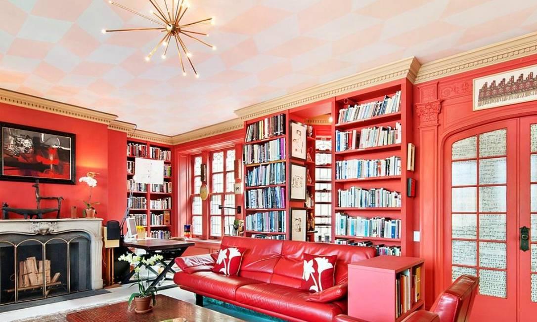A cor vermelha não deu descanso para a decoração: ela sobe pelas paredes, invade a porta e até o mobiliário Reprodução internet/Curbed