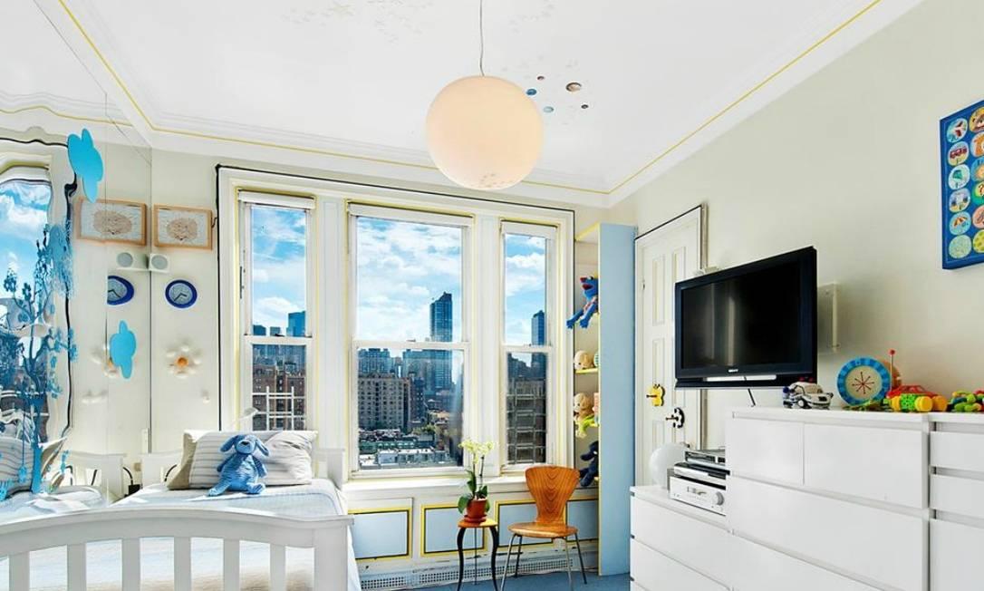 No quarto do filho, o espelho (à esquerda) amplia o ambiente e distorce a paisagem, criando uma imagem como as das obras de Salvador Dalí Reprodução internet/Curbed
