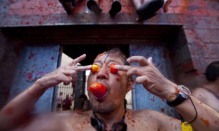 A prefeitura calcula que cerca de 40 mil pessoas, entre elas muitos turistas, participaram da luta de tomate que durou cerca de 1h AFP PHOTO / BIEL ALINO