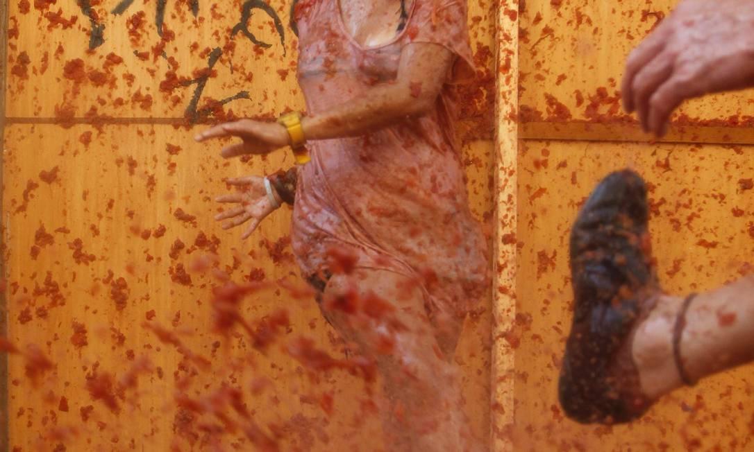 Um casal brinca em suco de polpa de tomate em Buñol, perto de Valência: maioria de participantes é turista REUTERS/Heino Kalis