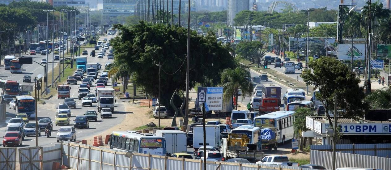 O trânsito pesado da Avenida Ayrton Senna vista da Cidade das Artes Foto: Guilherme Leporace