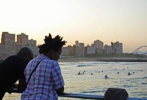 Pôr do sol em North Beach com vista para o estádio construído para a Copa de 2010 em Durban Foto: O Globo / Fernanda Dutra