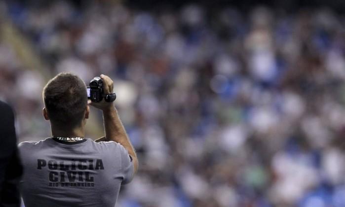 Policial civil filma torcedores organizados no Engenhão. Nesta quarta-feira, o Fluminense recebeu o Corinthians Alexandre Cassiano / O Globo