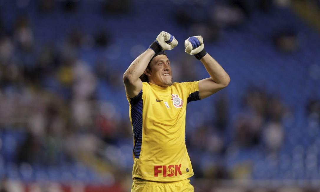 O goleiro Cássio comemora o gol de Emerson Marcelo Theobald / Extra / O Globo