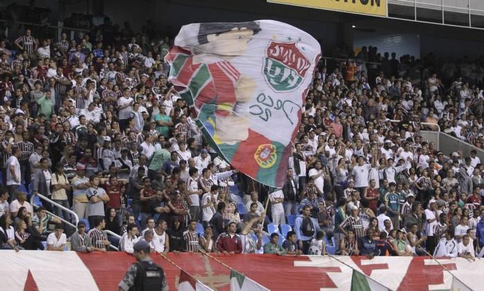 Torcida organizada do Fluminense leva bandeira em homenagem a Deco, desfalque no jogo Alexandre Cassiano / O Globo