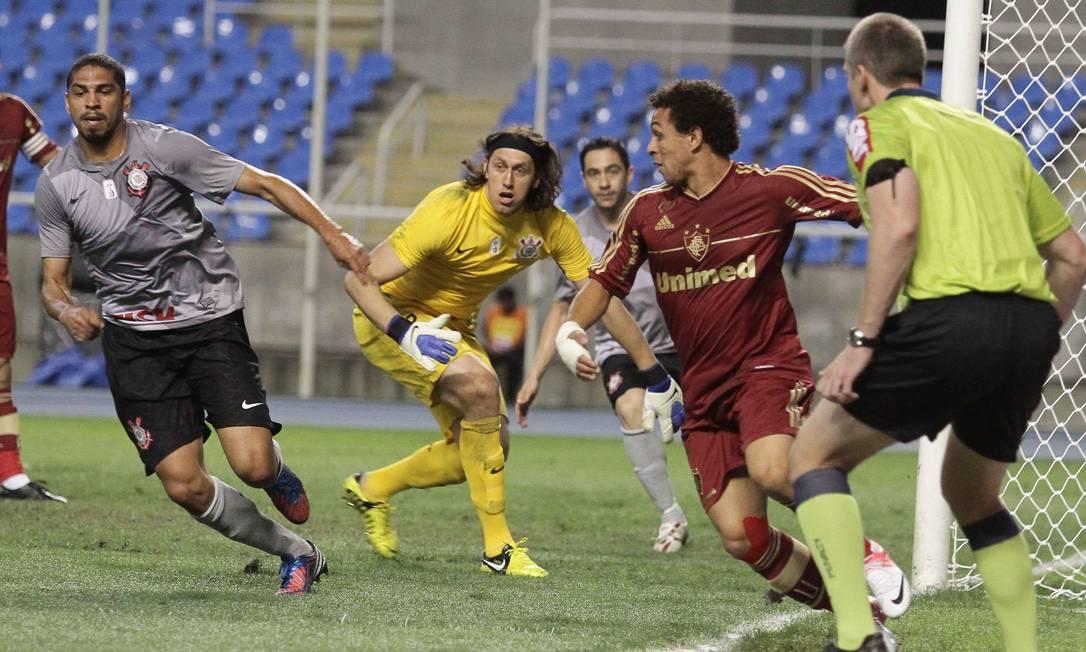 O goleiro Cássio e o atacante Wellington Nem observam jogada na área de ataque do Fluminense Reginaldo Pimenta / Extra / O Globo