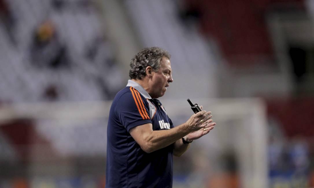 Nervoso fora de campo, Abel acompanha a partida Marcelo Theobald / O Globo / Extra