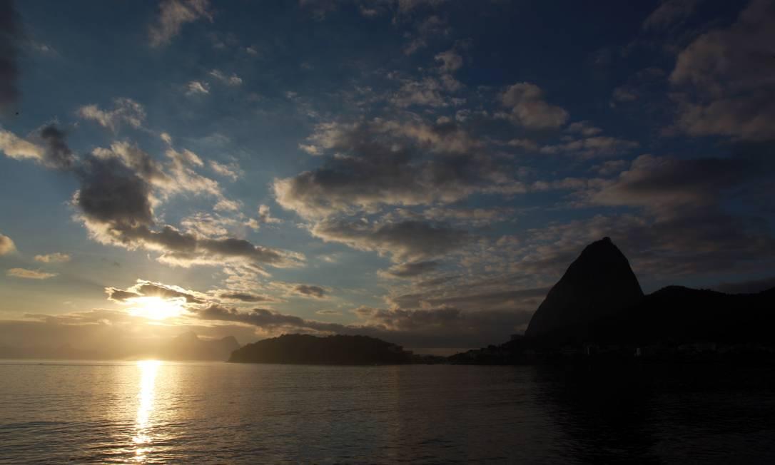 O amanhecer nesta quinta-feira visto da Enseada de Botafogo, na Zona Sul da cidade Gabriel de Paiva / O Globo