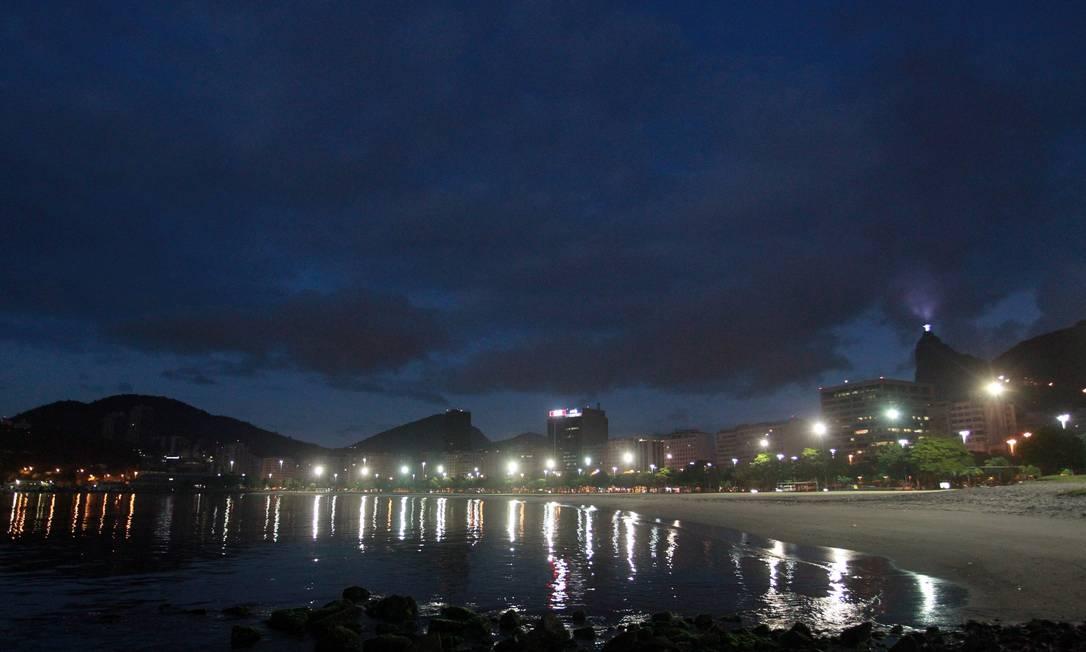 As luzes refletidas na Enseada de Botafogo na manhã desta quinta-feira Gabriel de Paiva / O Globo