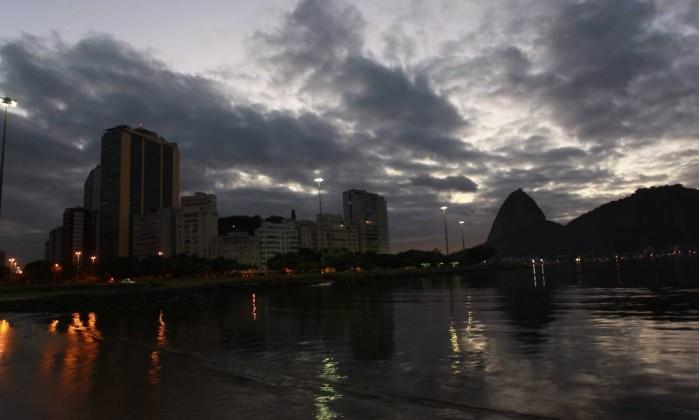 O céu nublado no amanhecer desta quinta-feira Gabriel de Paiva / O Globo