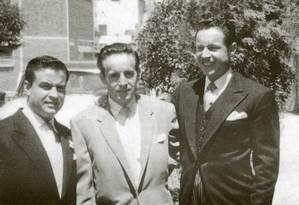"""Roberto Gómez Bolaños entre os irmãos Horacio e Francisco Foto: Reprodução do livro """"Chaves: a história oficial ilustrada"""""""