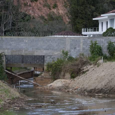 A comporta no Rio Príncipe foi removida, mas ainda há um muro irregular no local Foto: Eduardo Naddar