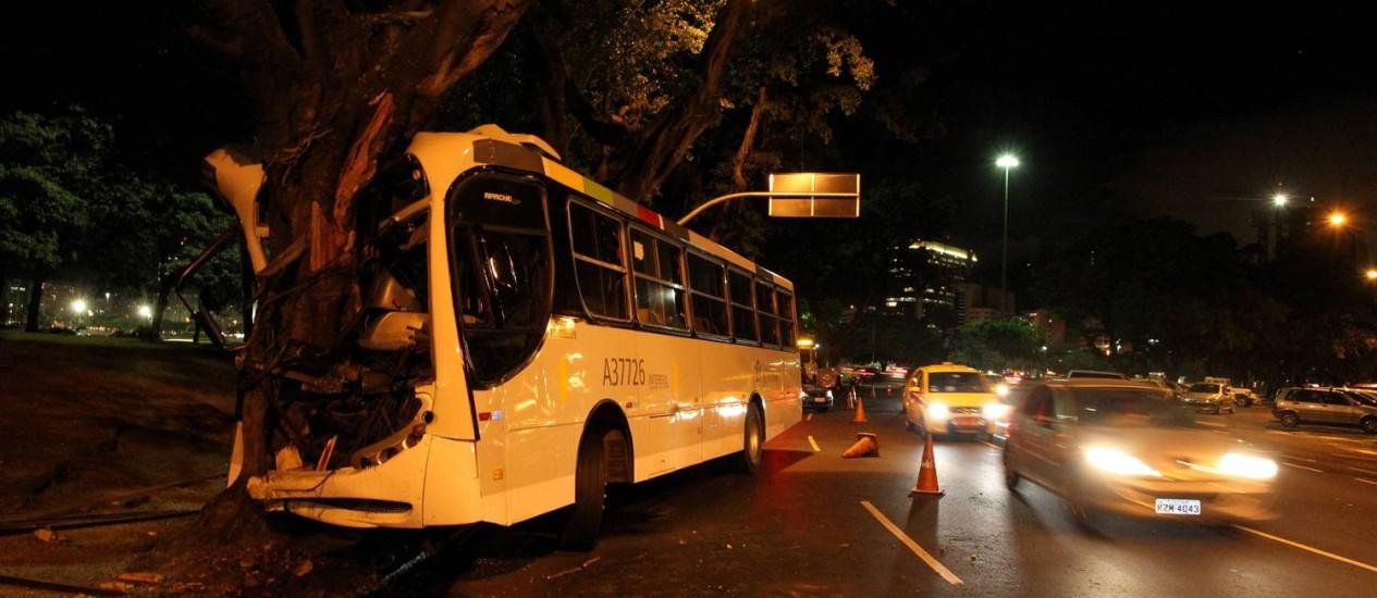Ônibus bate em árvore e deixa pelo menos nove pessoas feridas na Avenida Rio Barbosa, na Praia do Flamengo Foto: Domingos Peixoto / O Globo