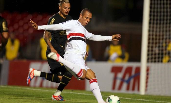 Luis Fabiano deu muito trabalha à zaga alvinegra na vitória do São Paulo sobre o Botafogo Divulgação Vipcomm