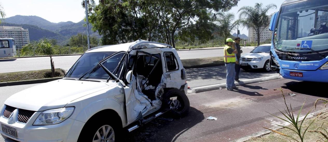 A sexta-feira teve mais um acidente: um carro bateu num ônibus articulado ao tentar fazer uma conversão proibida à esquerda, cortando a pista expressa Foto: Marcelo Piu / O Globo