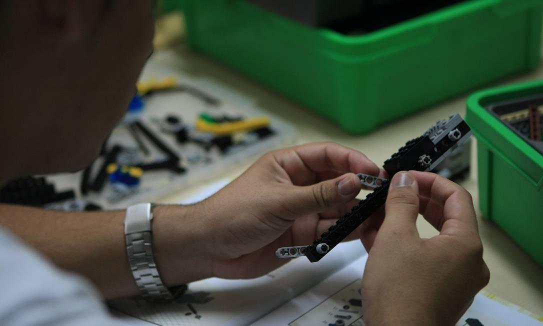 Adolescente monta peças de Lego durante aula em projeto do Criaad, no Barreto Foto: Guilherme Leporace