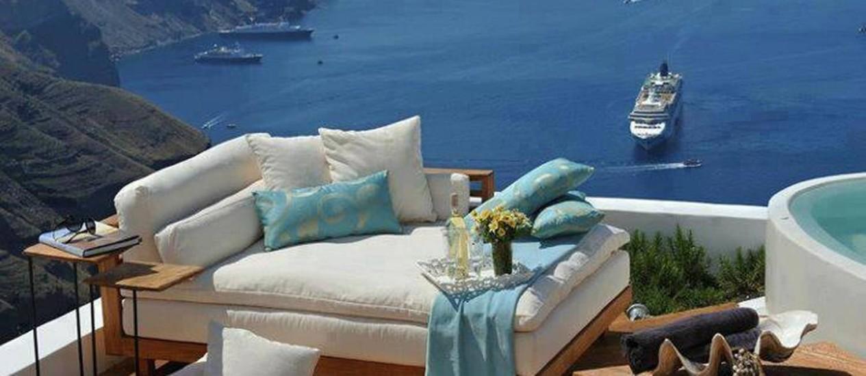 A chaise-longue com estofado branco é a vedete deste deck na beira da praia Foto: Reprodução internet