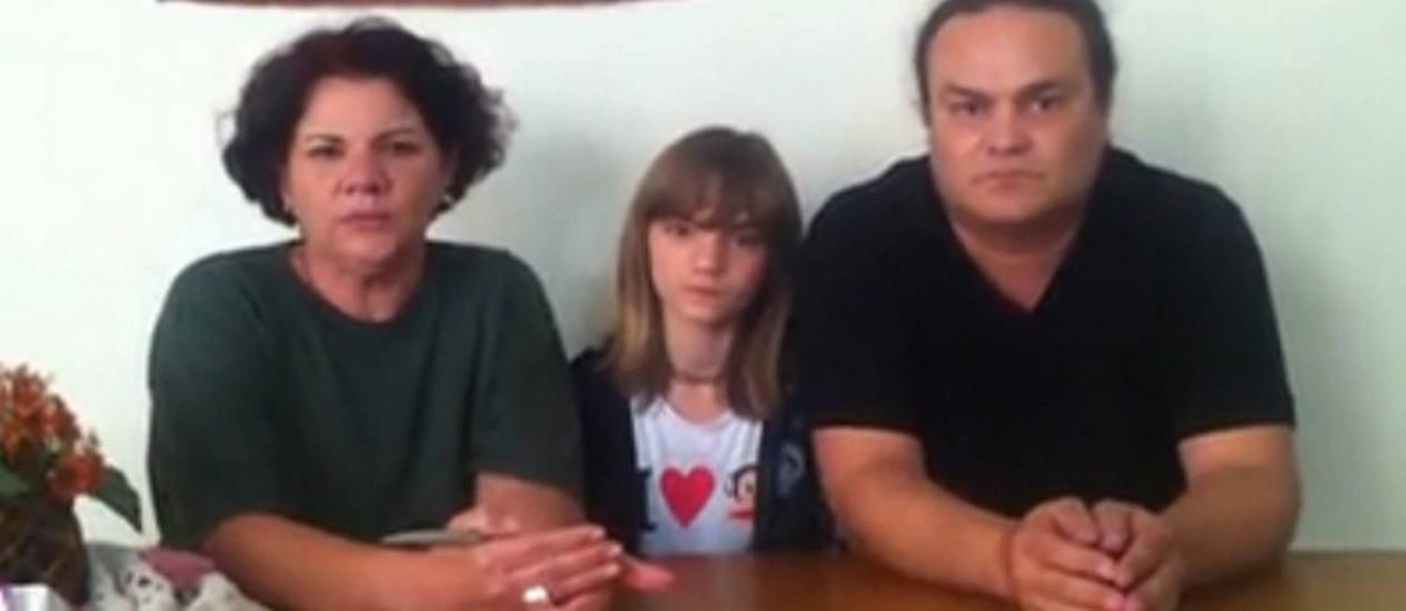 Isasdora Faber, do Diário de Classe, entre os pais: utilização da página em campanhas políticas não é autorizada Foto: Reprodução
